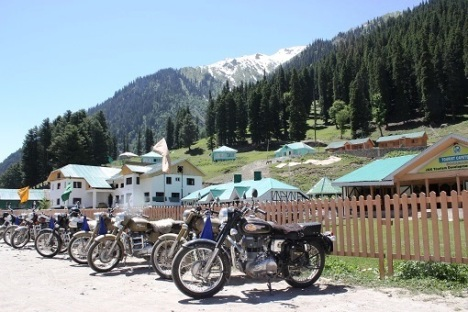 In June, the traffic across Zojila Pass is regulated by the authorities due to road repairs. So you need to spend some time waiting at beautiful Sonamarg. We take a forced break and lunch.